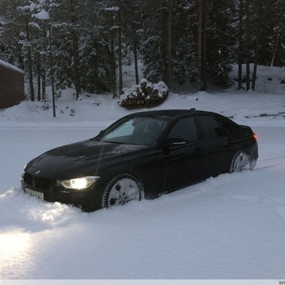 Появилось видео испытаний новой BMW 3-Series на заснеженной трассе (видео)