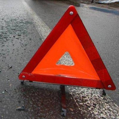 Жесткое ДТП в Киеве: автомобиль влетел в остановку (Фото)