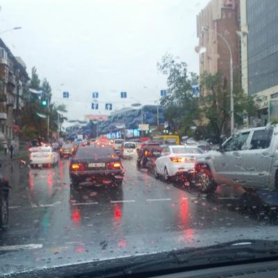 Непогода в Киеве: водой залило целую улицу (Видео)