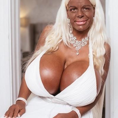 Женщина показывает огромную грудь