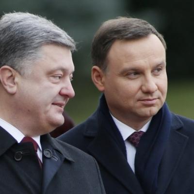 Осквернение украинских символов: Порошенко требует от президента Польши должной реакции на инцидент