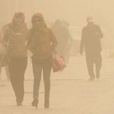 Пекин накрыла мощная песчаная буря, жителей города просят оставаться дома (видео)