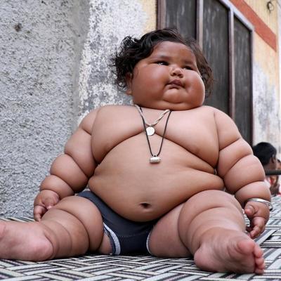 Родители аномально толстого младенца винят бога в нездоровом аппетите дочери (фото)