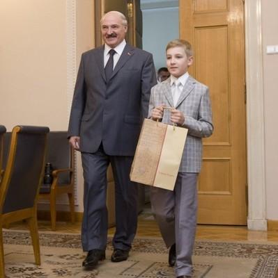 Сын Лукашенко подарил первой леди Китая таинственную шкатулку