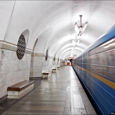 В Киеве на станции метро «Вокзальная» человек упал на рельсы