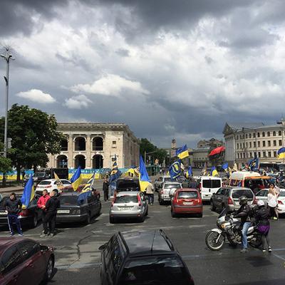К дому Порошенко направились 80 машин националистов требовать амнистии (Фото)