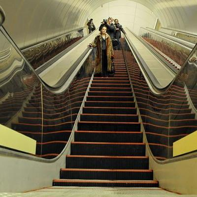 Под юбками у дам в метро на эскалаторе