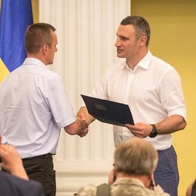 Виталий Кличко вручил 50 сертификатов на квартиры участникам АТО