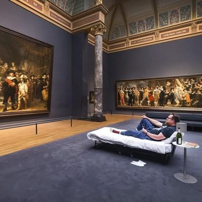 В Амстердаме 10-миллионному посетителю разрешили провести ночь в музее