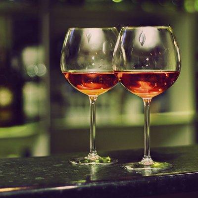 Люди пьют больше алкоголя из-за больших бокалов, – учёные