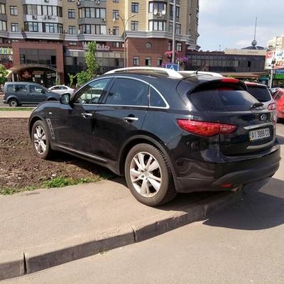В Киеве автохам на элитном авто оккупировал клумбу