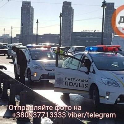 В Киеве из-за смертельного ДТП парализован мост Патона (фоторепортаж)