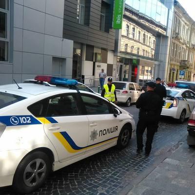 В центре Львова машина влетела в толпу людей: есть погибшие и раненые