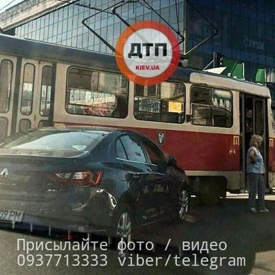 На площади Победы в Киеве девушка за рулем въехала в трамвай (фото)