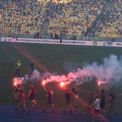 Харьковские ультрас сорвали футбольный матч в Киеве (фото)