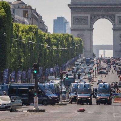 В Париже неизвестный протаранил полицейский фургон и скончался