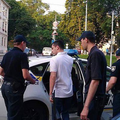 Во Львове за неправильную парковку избили водителя внедорожника (фото)