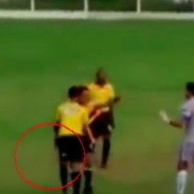 Бразильский арбитр испугал футболистов пистолетом в трусах (видео)