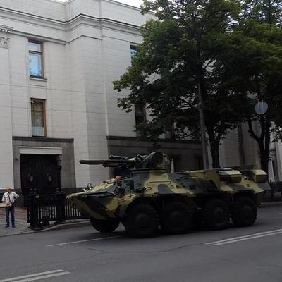 Во двор Верховной Рады въехала военная бронетехника (фото)