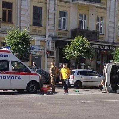 В центре Киева в результате ДТП перевернулся микроавтобус (фото)