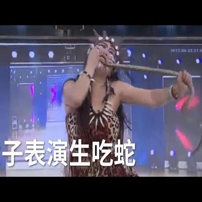 Жуткое видео: в Китае участница шоу талантов съела живую змею