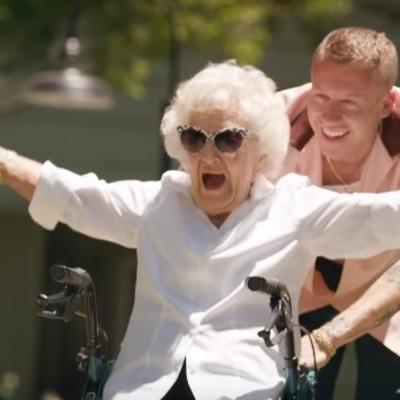 Известный музыкант «исполнил» список желания своей 100-летней бабушки (видео)