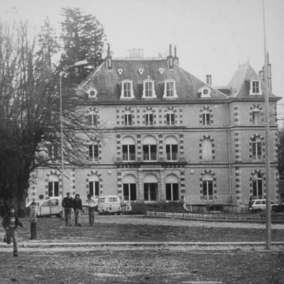 Художник превратил фасад заброшенного дворца 19 века во Франции в арт-объект