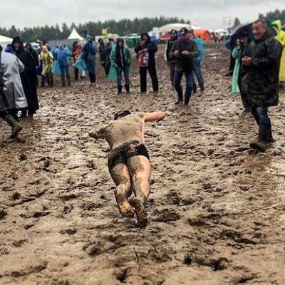 Патриотический рок-фестиваль в РФ утонул в грязи, фанаты «купаются» в слякоти (Фото, видео)