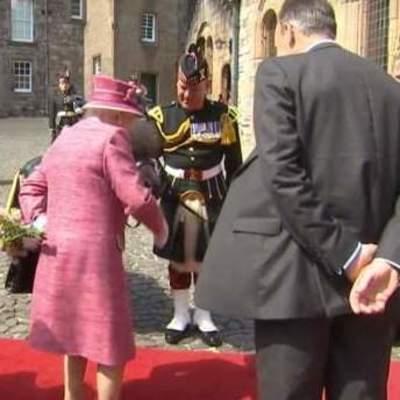 Пони попытался съесть букет королевы Великобритании (видео)