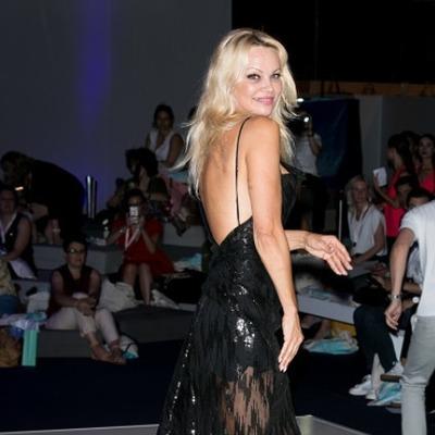 Памела Андерсон появилась в откровенном наряде на модном показе в Париже