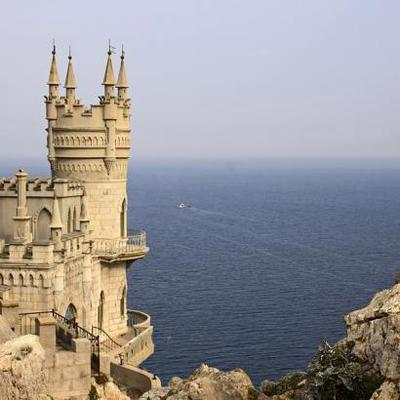 Надо на крышу еще Кирилла посадить: В сети смеются над оригинальными сооружениями на зданиях в Крыму