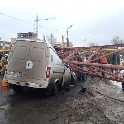 В Китае строительный кран раздавил машину с людьми (видео)