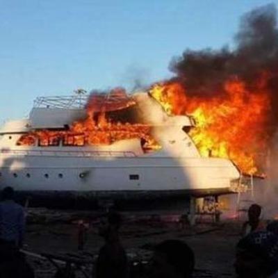Около египетского курорта загорелось судно с туристами