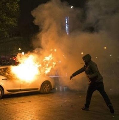 С огоньком: во время празднования Дня взятия Бастилии сожгли 900 машин