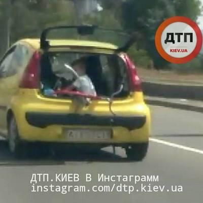 В Киеве ребенок ехал в открытом багажнике (видео)