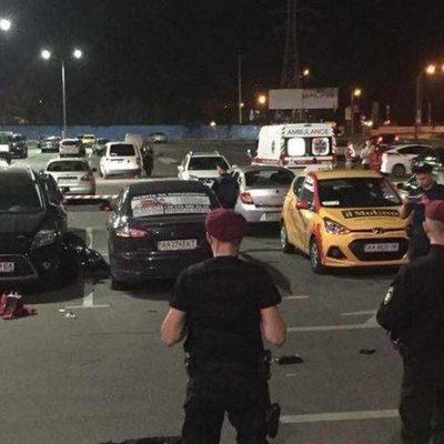 В Киеве на парковке расстреляли из автомата мужчину