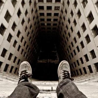 В Ирпене уговорили молодого человека не прыгать с балкона 5-го этажа (видео)