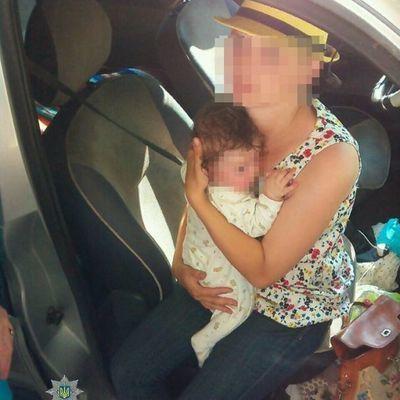 В Ровно горе-мать оставила младенца в раскаленной солнцем машине