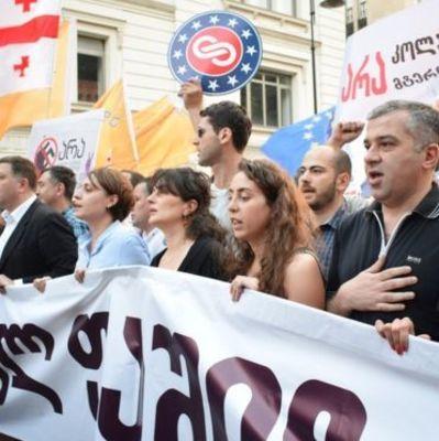 Сотни людей в Тбилиси вышли на марш «Нет российскому фашизму» (фото)