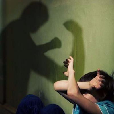 На Хмельнитчине женщина жестоко избивает свою мать и трех малолетних детей