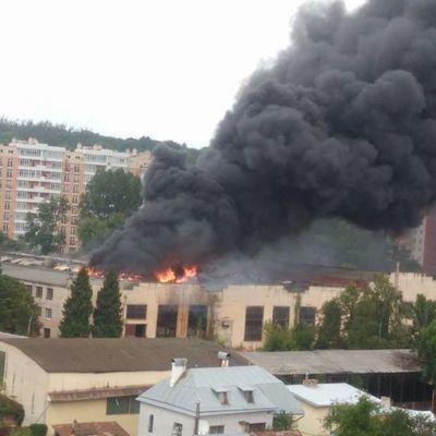 Во Львове инструментальном заводе пожар (фото, видео)