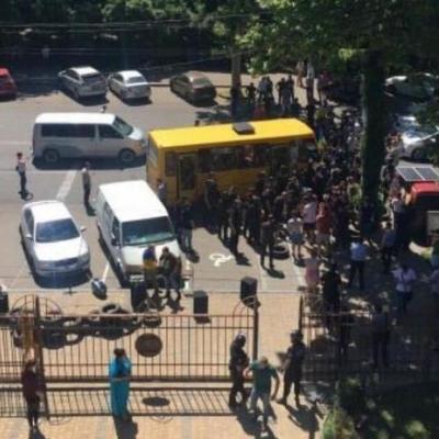В Одесской области люди атаковали суд коктейлями Молотова (фото)