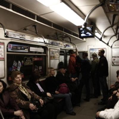Пассажиры метро выходили с поломанного поезда через кабину машиниста (видео)
