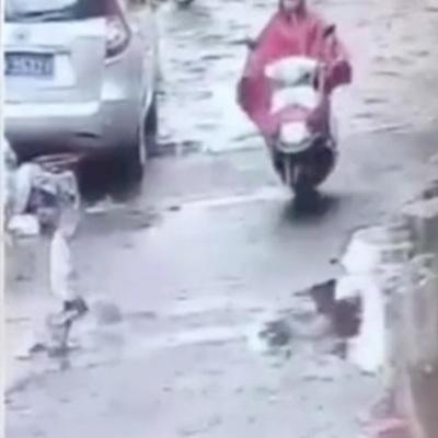 Беременная китаянка сбила ребенка на мотоцикле и поехала дальше (видео)