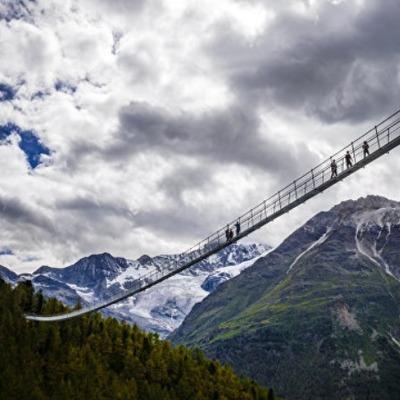 В Швейцарии открыли самый длинный в мире висячий пешеходный мост (видео)