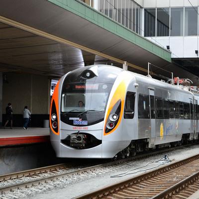 Поезд «Интерсити» влетел в легковой автомобиль на переезде (Фото)