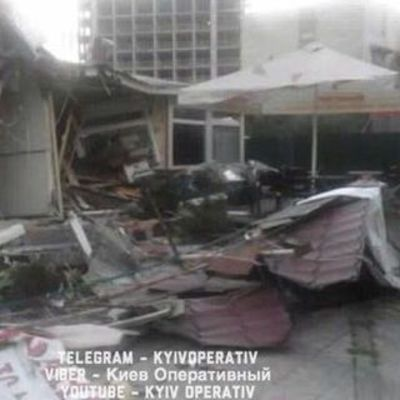 В Киеве киоск с фаст-фудом снесли вместе с посетителями