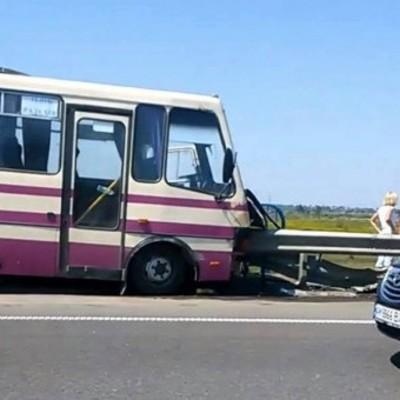 На Львовщине бус с пассажирами врезался в отбойник, есть погибшие и раненые