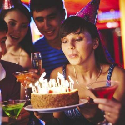 Невинная забава: свечи на торте скрывают опасность