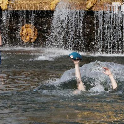 Водка, купание в фонтанах и танцы: в России отпраздновали День ВДВ